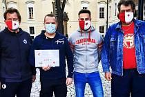 Příznivci Slavie z Rožďalovic a okolí vybrali 30 tisíc korun a věnovali je místnímu domovu pro seniory.