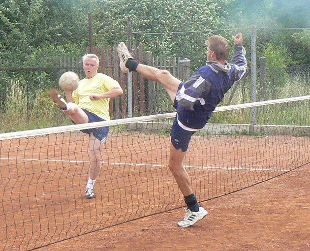 Na třetím ročníku nohejbalového turnaje ve Stratově se sešlo dvanáct trojic.