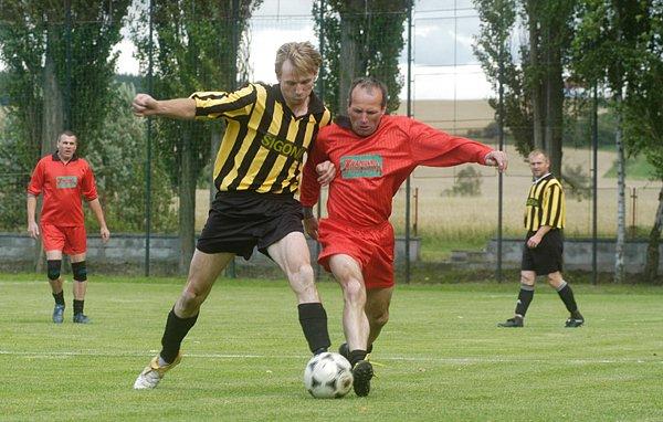Při utkání opočnické staré gardy s okresními fotbalovými rozhodčími na sebe několikrát narazili Stanislav Ježek (vlevo) s hráčem opočnické gardy Jiřím Nedobitým.