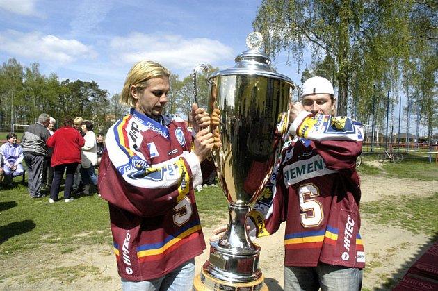 Tomáš Netík (vpravo) přivezl spolu s Janem Hanzlíkem pohár pro nejelepší tým extraligy