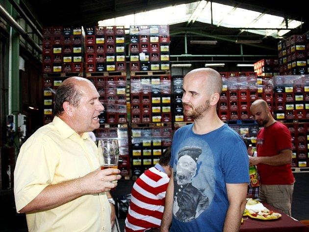 PAVEL BENÁK A IGOR TIMKO rozmlouvají o pivu a česko – slovenském bratrství před koncertem No Name.