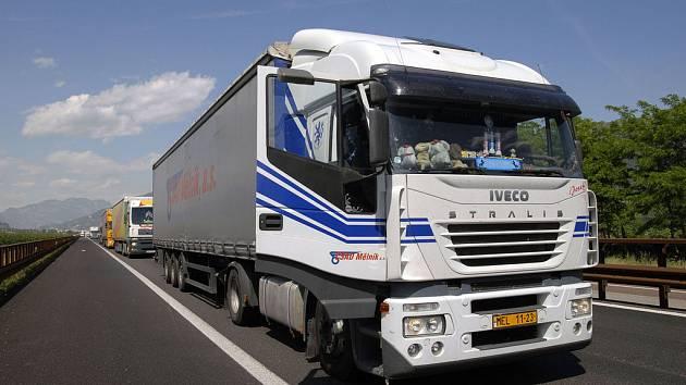 Fronta aut na italské dálnici, stojící kamiony se záhy počítají na kilometry.