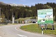 Vjezd do sedmikilometrového silničního tunelu ve švýcarském San Bernardinu, i tady se občas musí čekat, aby nedocházelo k jeho přeplnění.