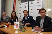 Na snímku zleva zastupitel Milan Schweigstill (Nezávislí Středočeši), hejtmanka Jermanová, její statutární náměstek Vít Rakušan (STAN) a náměstek hejtmanky Martin Kupka (ODS).