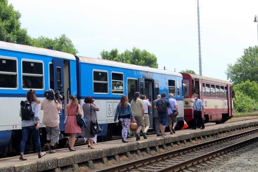 Starostové a zástupci místních akčních skupin se sešli na křineckém nádraží, kde podepsali nesouhlas s rušením tratě. Pak celou trasu projeli.