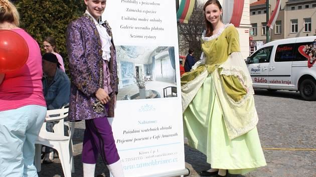 Pavel Douděra a Eva Harapesová na nymburském náměstí Přemyslovců s pozvánkou na Zámek Křinec.