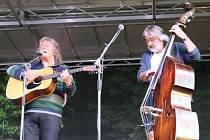 V lyském zámeckém parku se sešla více než stovka hudebních příznivců na Folkovém večeru.