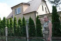 Jiří Vrzal před svým domem v Třebestovicích