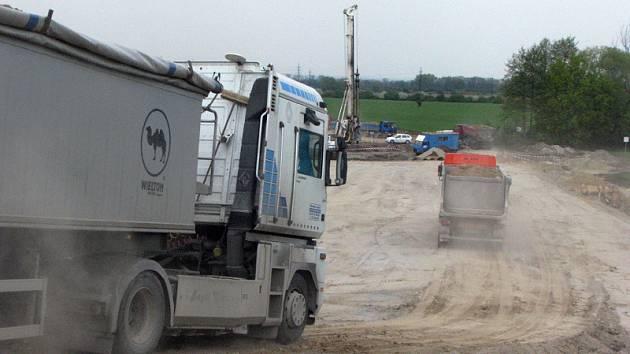 Na stavbě obchatu Nymburka se čile pracuje