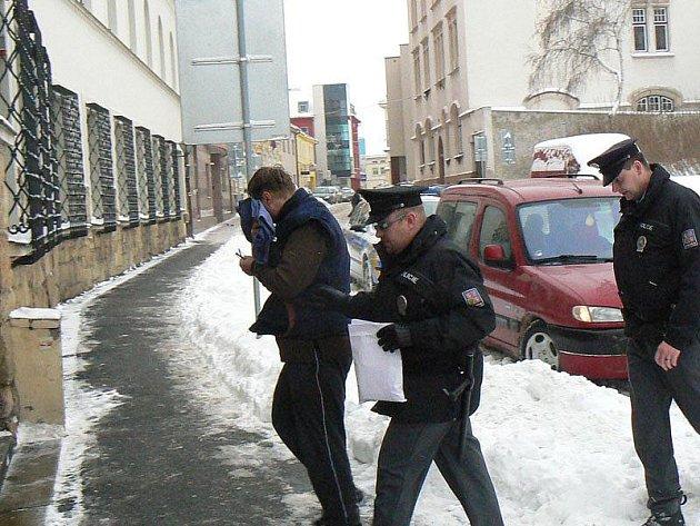 Muž obviněný z obtěžování dívek byl v pondělí převezen k soudu