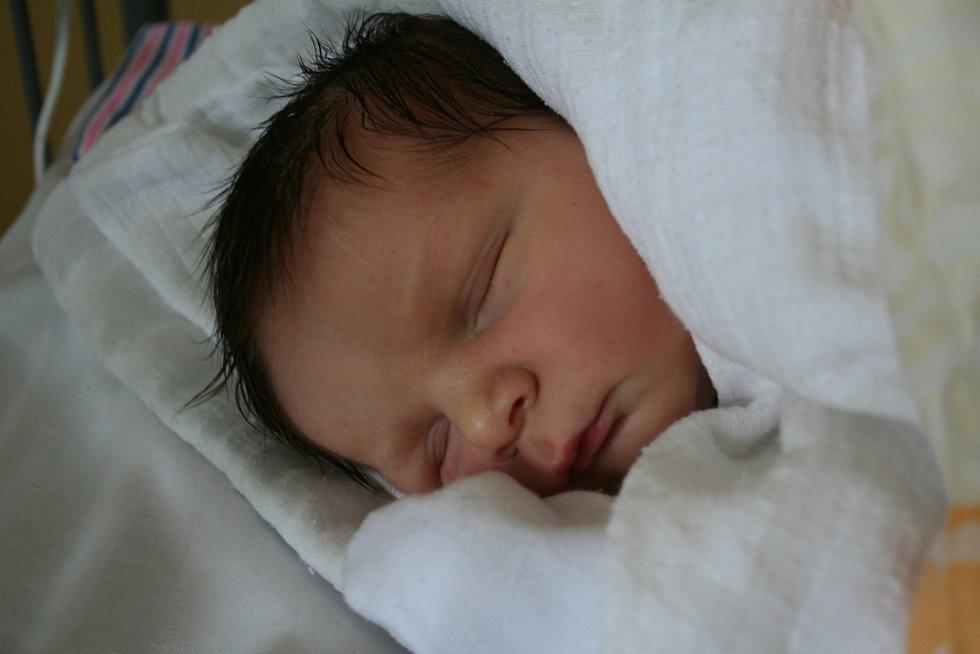 DOMINIK MAREŠ se narodil 30. října 2018 v 08.15 hodin s délkou 51 cm a váhou 3 820g. Rodiče Marek a Tereza z Milovic se na prvorozeného  chlapečka předem těšili.