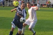 Fotbalista Ostré Pavel Holý (vpravo)