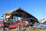 Nejdůležitější část stavby nového nadjezdu v Lysé začala.