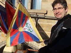 Starosta Pavel Fojtík v pátek ráno vyvěsil na nymburskou radnici tibetskou vlajku.