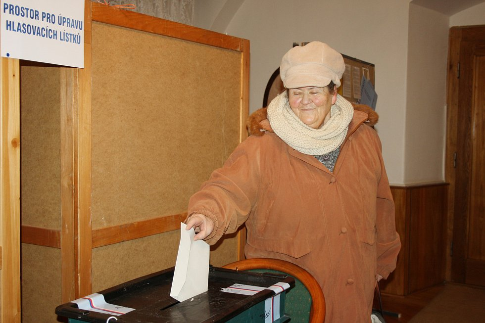 Komise navštívila i zdejší domov seniorů, kde odvolil nejstarší volič narozený v roce 1922.