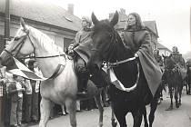 Jezdkyně na koních, v popředí Věra Tomanová.