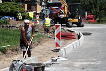 Začala stavba chodníku v Dlabačově ulici v Nymburce.