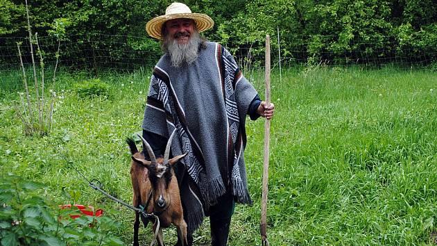 Básník Zdražil se svou kozou Kájou