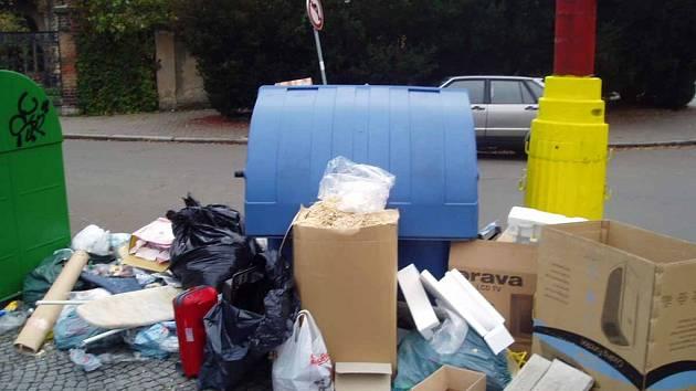 Krabice od vína, papíry, petky mnohdy poházené v okolí dětských hřišť. I s tím lidé bojují v Poděbradech.