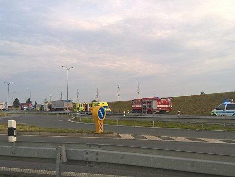 Na kruhovém objezdu se srazil autobus s nákladním autem.