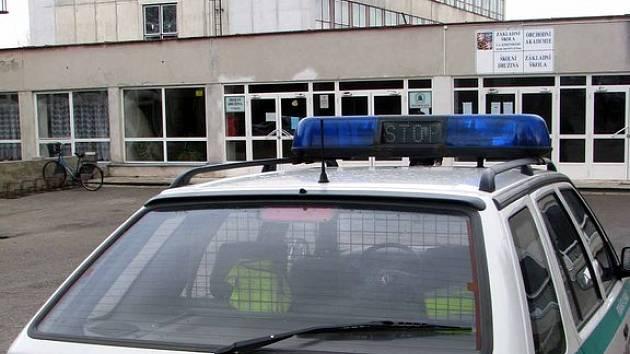 Někdo nahlásil bombu na Základní škole Komenského v Lysé