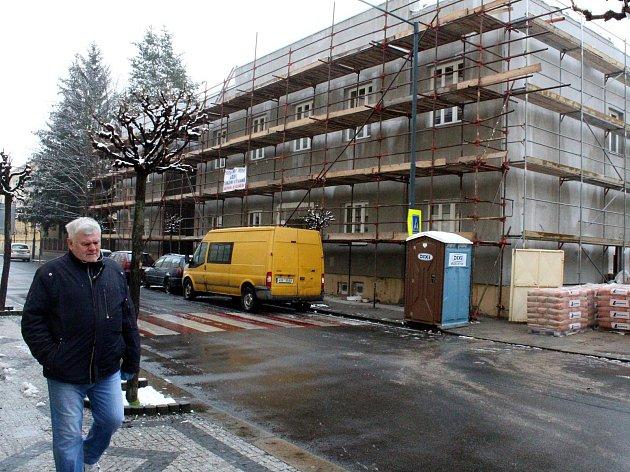 Budova Hlaholu je obehnána lešením. Uvnitř se dělají betonové podlahy a další stavební práce.