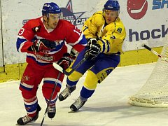 Obránce nymburského hokejového týmu Petr Pýcha (vlevo)