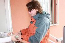 Jídelna Základní školy Juventa v Milovicích nabízí novou službu veřejnosti. Každý pracovní den výběr ze čtyř obědů. Tu využívá také paní Pavlína.