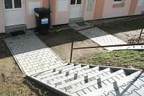 Po těchto schodech musí lidé vláčet své popelnice