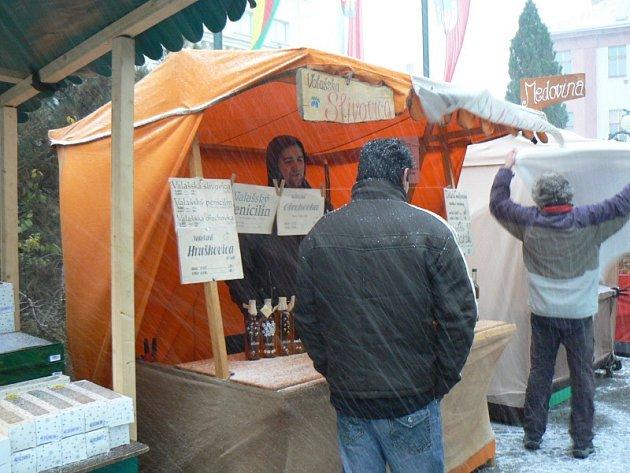 Na vánočních trzích v Nymburce se prodává i slivovice
