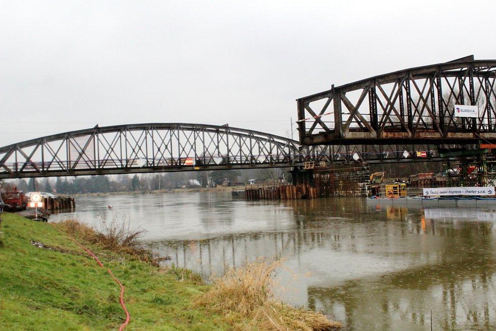 V lednu na stejném místě provedli unikátní operaci, při níž starý most odstranili pomocí speciálního katamaránu.
