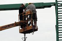 Pracovníci firmy AZ Elektrostav dokončují elektrické vedení Nymburk - Dobšice.