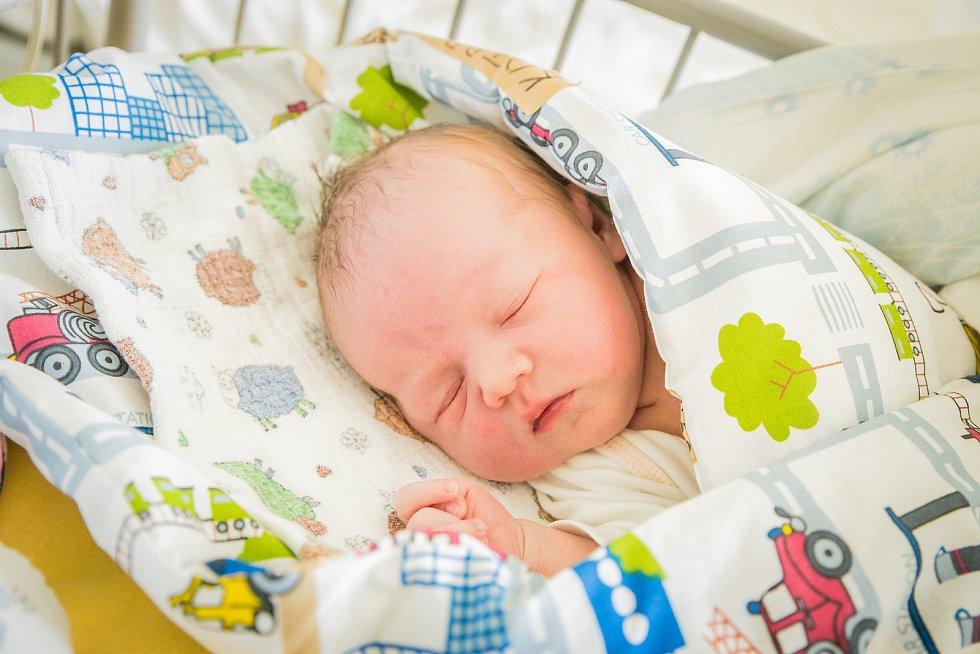 Kryštof Kotrba, Přerov nad Labem. Narodil se 10. června 2020 v 21.06 hodin, vážil 3 990g a měřil 49 cm. Z chlapce se raduje maminka Kateřina, tatínek Petr a bráška Ondřej (6 let). (porodnice Nymburk)
