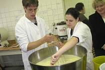 Na zemědělce studenti vyráběli sýr Goudu