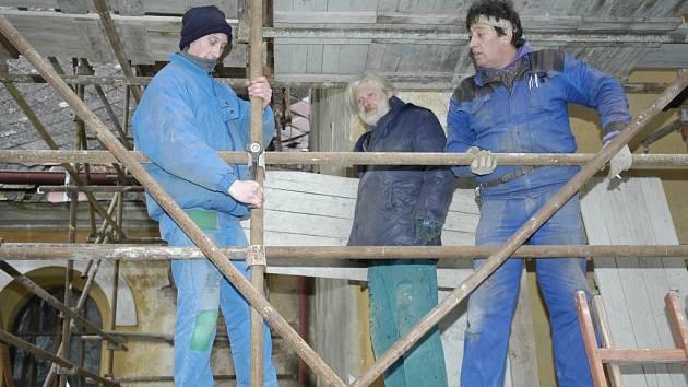 Dělníci zazimovali střechu kostela