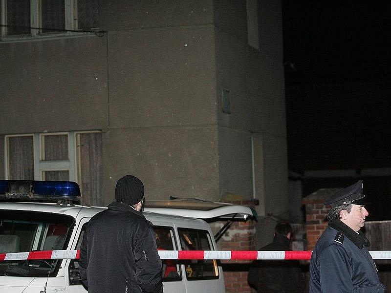 Situace před domem po objevení těla