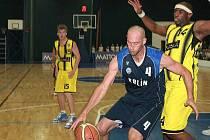 Košíkáři Sadské sehráli první letošní derby Mattoni NBL. V Kolíně porazili nováčka soutěže. Domácího Lukáše Krátkého brání Aaron Harrison, autor osmi sadských bodů