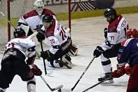 Hokejisté Nymburka (v bílém) zvládli utkání druhé ligy s posledními Letňany s odřenýma ušima, vyhráli jen těsně 2:1.
