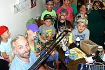 Děti z příměstského tábora Klubu Kamarád z Kostomlat v nymburském Radiu Patriot