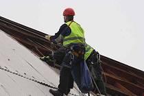 Starou střechu na zimním stadionu v Poděbradech rozebírají pracovníni specializované firmy.