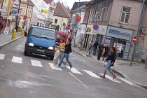 Palackého ulice v Poděbradech je hlavní tepnou města. I ona se dočká v příštích dnech frézování a nového povrchu. Řidiči se tak mohou připravit na velké kolony, které se budou tvořit při pracích na této silnici. Oprava hlavní tepny lázeňského města by měl