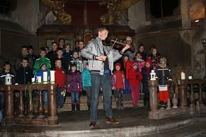 Skauti zpívali v kapli sv. Jana Nepomuckého a rozdávali Betlémské světlo