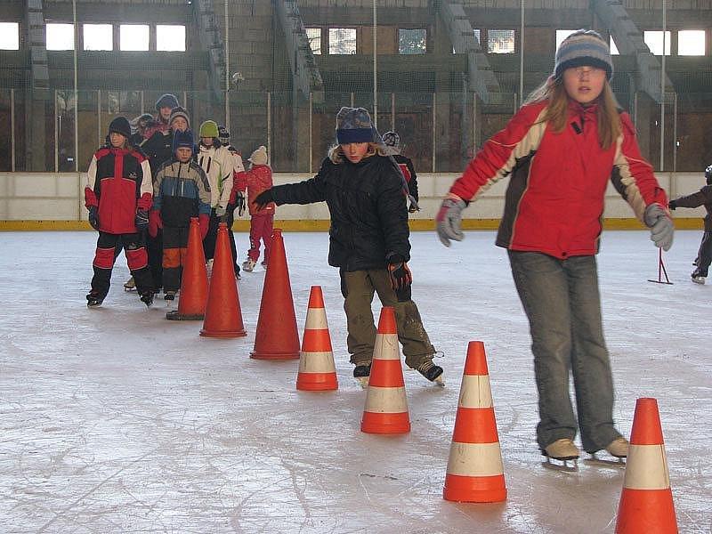 Děti užívají prázdniny na poděbradském zimáku