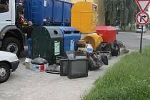 Obrazovky u stání kontejnerů na sídlišti
