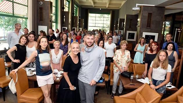 Tomáš Klus, Suvereno, Daniel Nekonečný, Filip Říha nebo sexuoložka Gaia Poupětová  provedou prvními narozeninami akce zvané Štrůdl. Oslavy doprovázené workshopy a hudbou se budou konat na střeše galerie Vanguard v Praze.