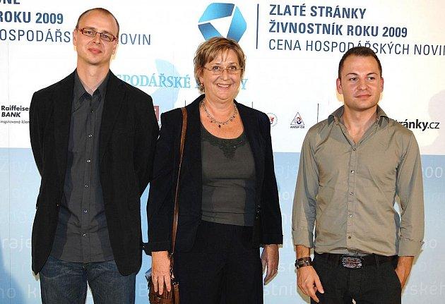 Živnostník roku Jan Temr (vlevo), Byzbys rebel Eva Kočová a jednatel Firmy roku Building SP Martin Slanina při předání cen.