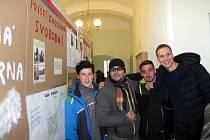 Slavnostní shromáždění studentů k 30. výročí Sametové revoluce se konalo u budovy Gymnázia Bohumila Hrabala. Poté si hosté včetně Ondřeje Vetchého prohlédli výstavy uvnitř budovy.