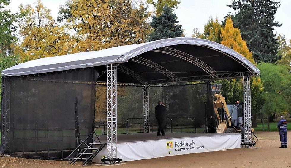 Demontáž mobilního zastřešeného pódia v lázeňském parku v Poděbradech.