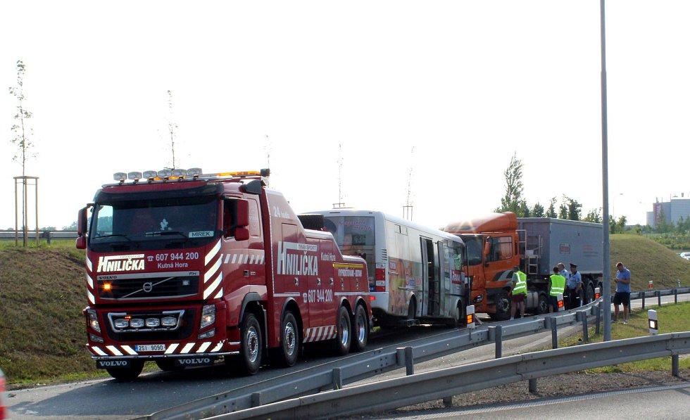 K nehodě došlo u kruhového objezdu při výjezdu z Nymburka na Mladou Boleslav.