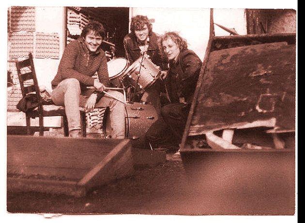 Skupina Kraken při úklidu zkušebny, 1984. Chvíle odpočinku, zleva Sixta, Grospič a Brusničan.